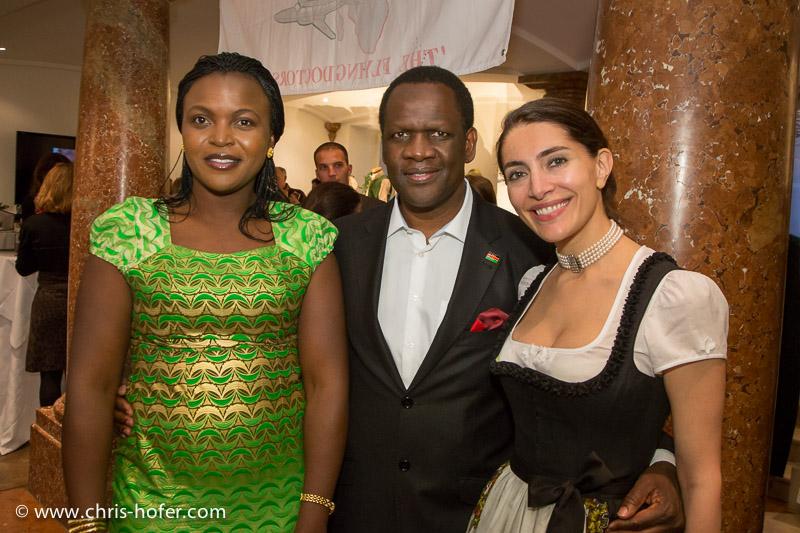AMREF Black & White Charity-Gala im Gwandhaus Salzburg, 2014-05-16; Foto: Chris Hofer; Bild zeigt: Botschafter von Kenia Michael Adipo Okoth Oyugi mit Gattin, Bond-Girl Caterina Murino