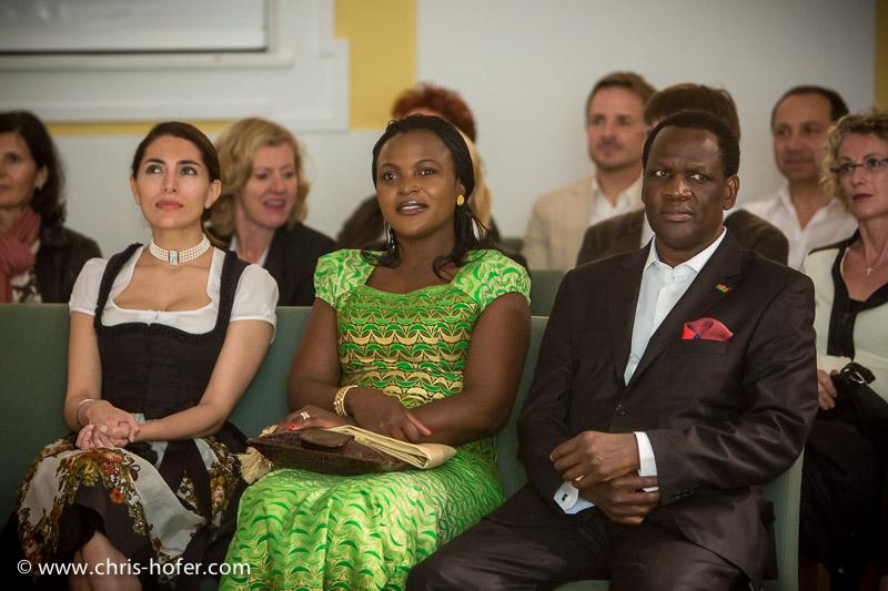 AMREF Black & White Charity-Gala im Gwandhaus Salzburg, 2014-05-16; Foto: Chris Hofer; Bild zeigt: Bond-Girl Caterina Murino, Botschafter von Kenia Michael Adipo Okoth Oyugi mit Gattin