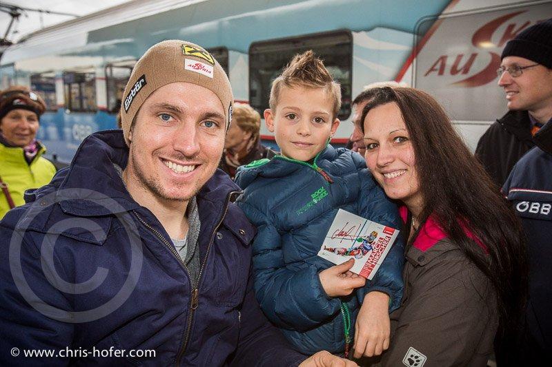 Feierliche Eröffnung des Hauptbahnhof Salzburg, 2014-11-07, Foto: Chris Hofer, Bild zeigt: Marcel Hirscher gibt Autogramme für Fans, mit Markus Demel und Conny Demel