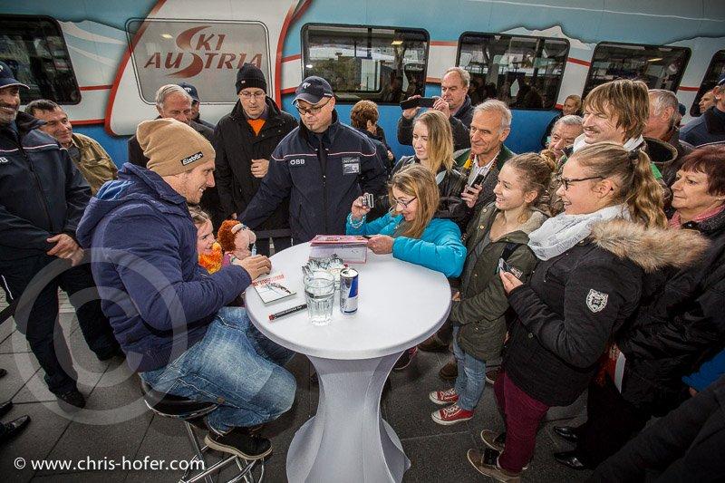 Feierliche Eröffnung des Hauptbahnhof Salzburg, 2014-11-07, Foto: Chris Hofer, Bild zeigt: Marcel Hirscher gibt Autogramme für Fans