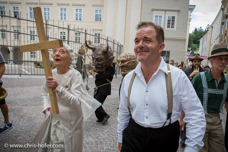 Salzburger Festspiele 2015, Umzug zur Jedermann-Aufführung am Domplatz, 2015-07-26, Foto: Chris Hofer, Bild zeigt: Cornelius Obonya (Jedermann), Julia Gschnitzer (Jedermanns Mutter)