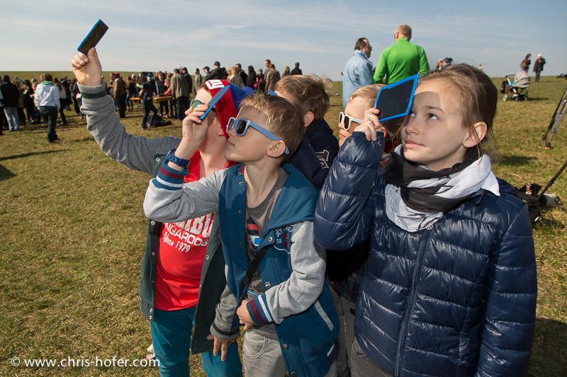 Partielle Sonnenfinsternis, beobachtet bei der Volkssternwarte am Voggenberg bei Bergheim, 2015-03-20, Foto: Chris Hofer, Bild zeigt: Matthias, Lenny, Max, Tom, Lea