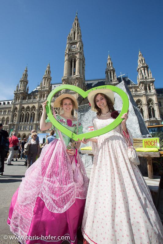 Eröffnung Steiermarkdorf beim Rathaus Wien, 2015-04-16; Foto: Chris Hofer, Bild zeigt: Judith Lindner und Doris Lindner vom Biedermeierfest Gleichenberg
