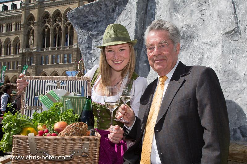 Eröffnung Steiermarkdorf beim Rathaus Wien, 2015-04-16; Foto: Chris Hofer, Bild zeigt: Picknick mit Bundespräsident Heinz Fischer