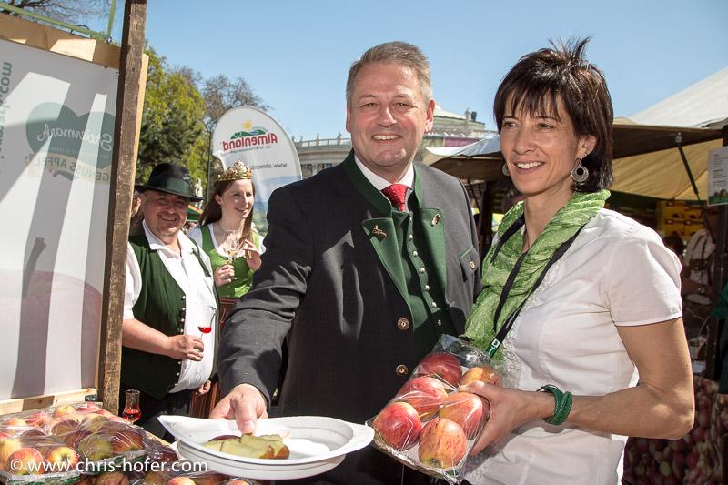 Eröffnung Steiermarkdorf beim Rathaus Wien, 2015-04-16; Foto: Chris Hofer, Bild zeigt: Bundesminister Andrä Rupprechter (links)