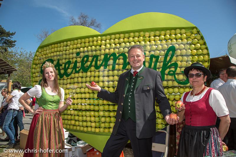 Eröffnung Steiermarkdorf beim Rathaus Wien, 2015-04-16; Foto: Chris Hofer, Bild zeigt: Cornelia Jansek (Most- u. Fruchtsaftkönigin),  Bundesminister Andrä Rupprechter (links), Maria Binder (Steirische Apfelstrasse)