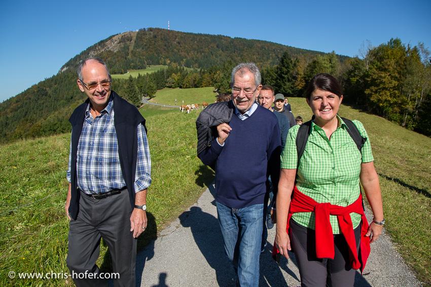 Wanderung am Salzburger Gaisberg mit Bundespräsidentschafts-Kandidat Alexander Van der Bellen 15.10.2016 Foto: Chris Hofer, Bild zeigt: Alexander Van der Bellen, Gabi Burgstaller