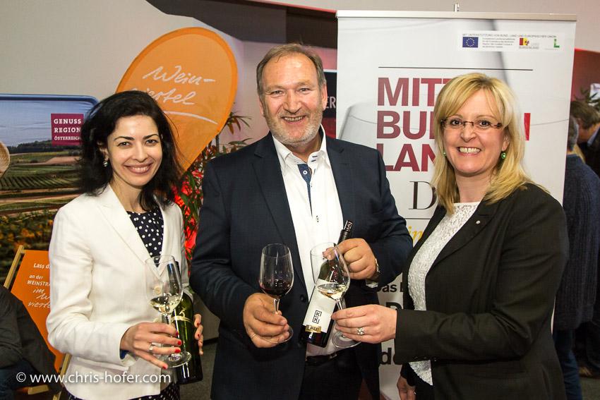 Weinverkostung Wienviertel DAC Terminal 2 Salzburg, 2014-04-09; Foto: Chris Hofer; Bild zeigt: Anita Schwarzböck (Weinviertler Winzerin), Walter Kirnbauer (Präs. Blaufränkischland), Ulrike Hager (GF Weinkomitee Weinviertel)